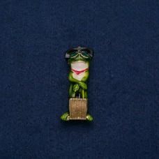 Брошь Лягушка зеленая с чемоданом 9124